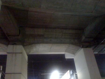 高円寺中央線ガード下の耐震補強ベルトの上で寝てる鳥は鳩?