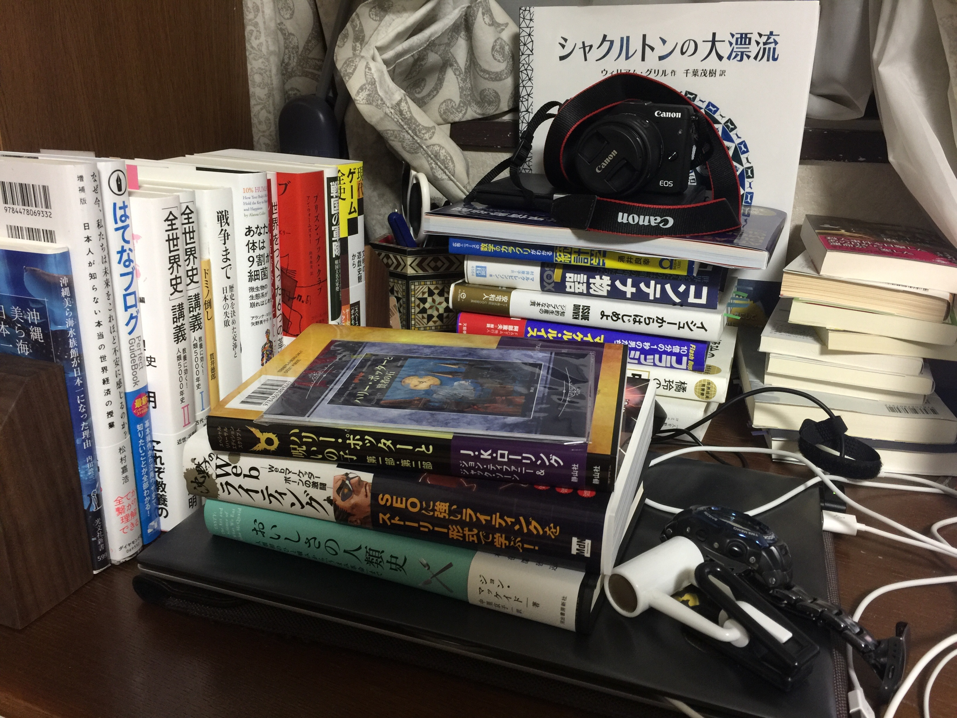 机の上の本 目に入るところに本を置く