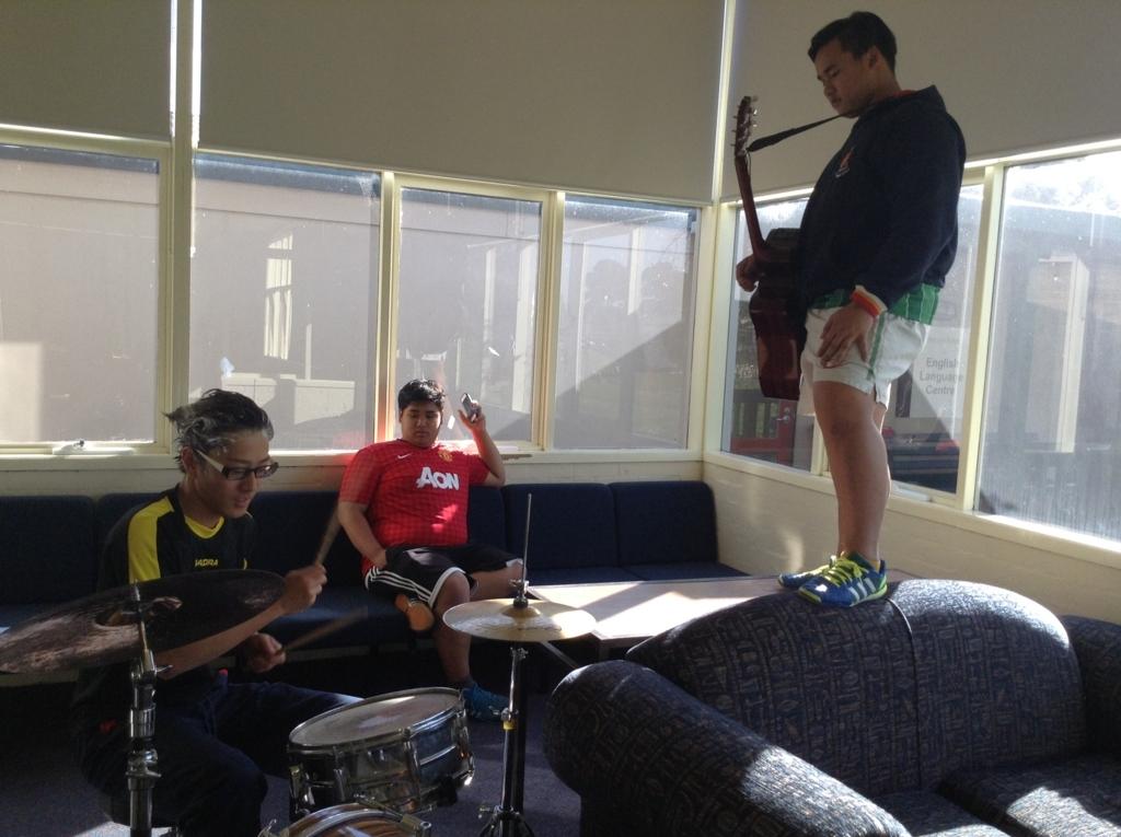 楽器を演奏する人