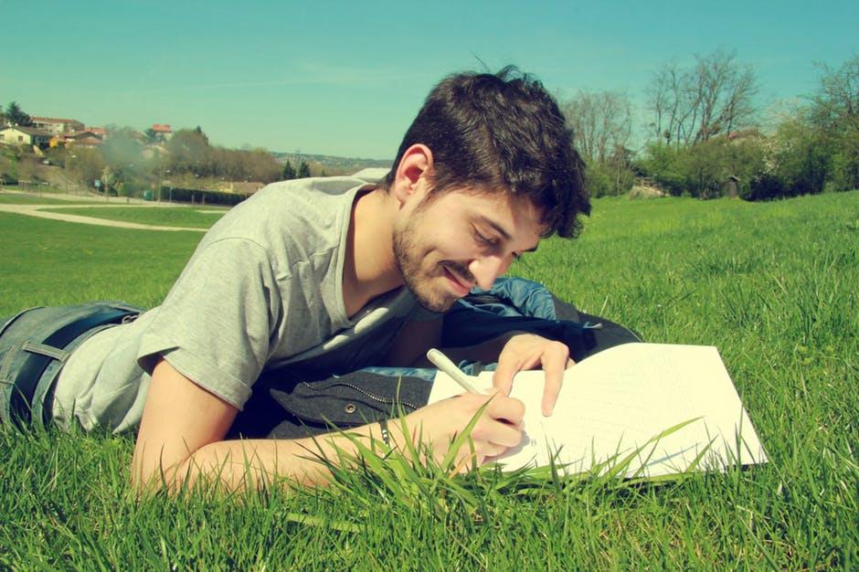 趣味の読書をする外国人の大学生