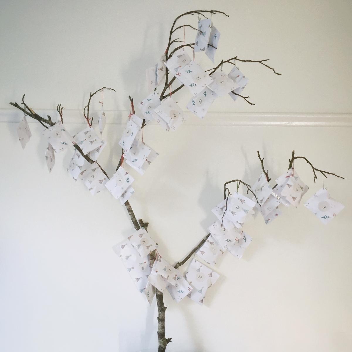 木の枝に小包をつけて手作りアドベントカレンダー