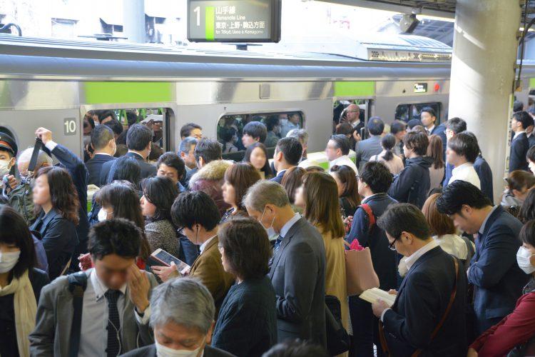満員電車イメージ(出典:フリー素材.com)※緊急事態宣言下の通勤風景ではありません