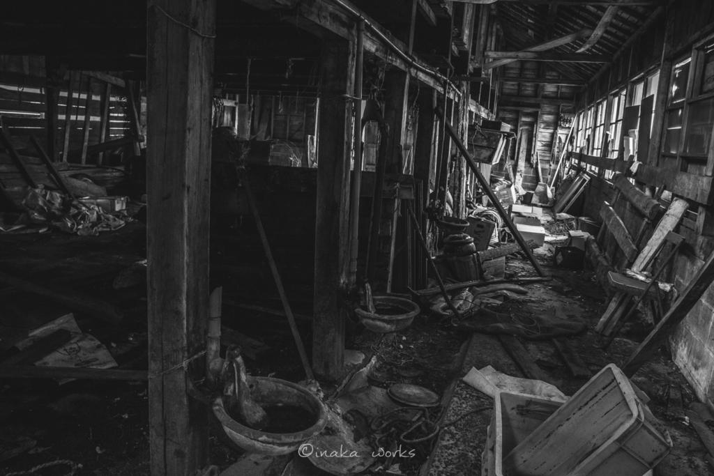 荒廃した牛舎の奥、割れた窓から射す光がたまらない。