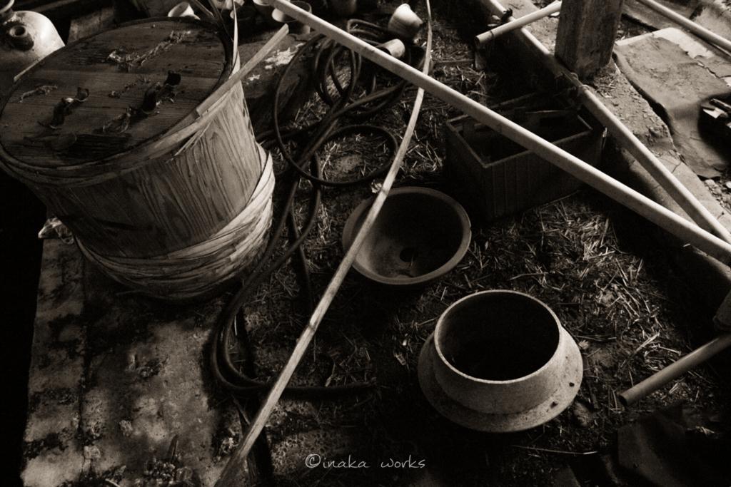 鉄のお釜と酒樽も雑多に置かれている。
