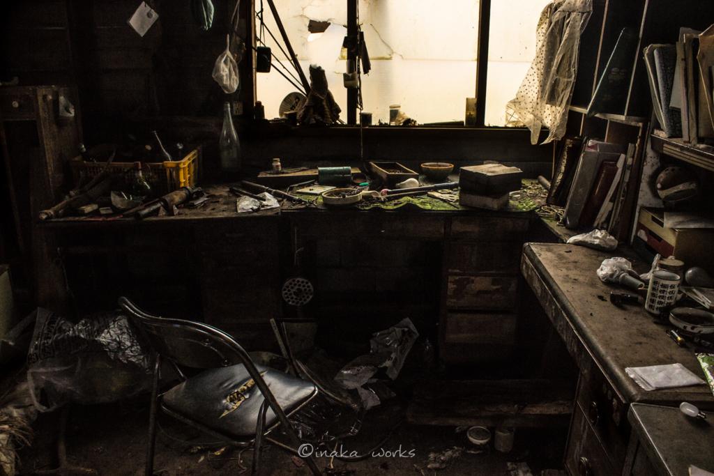 直前まで人が座っていたかのようにも見える作業所。