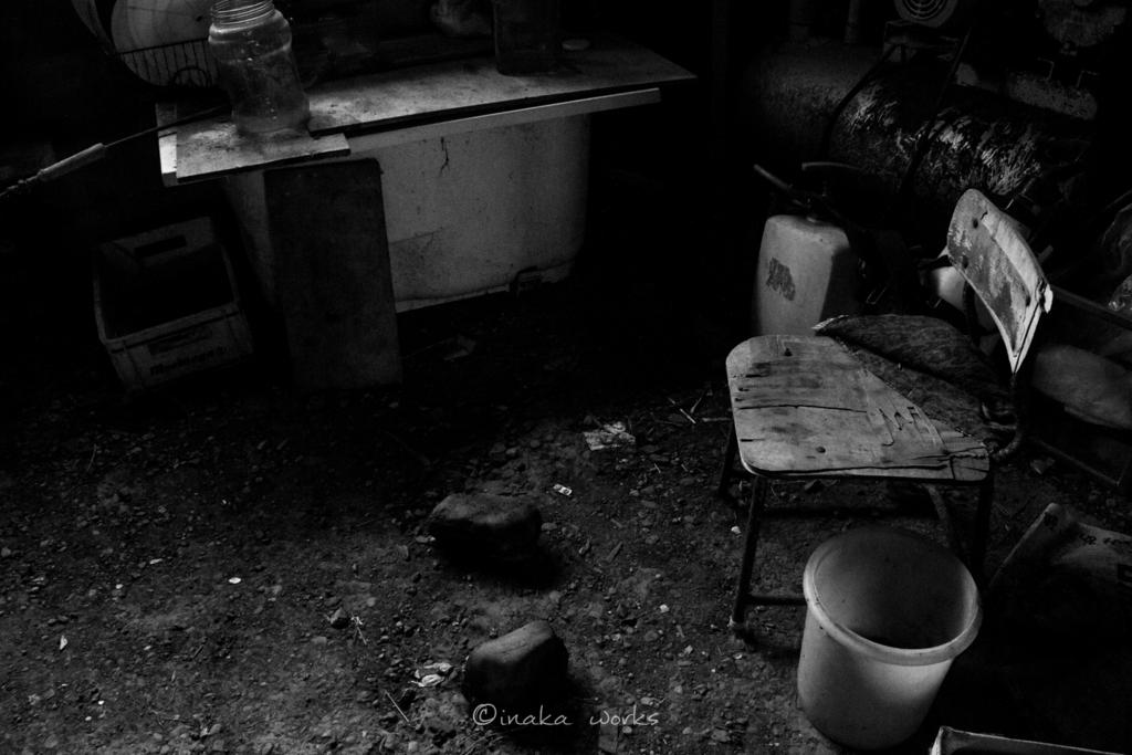 ボロボロの学校の椅子。