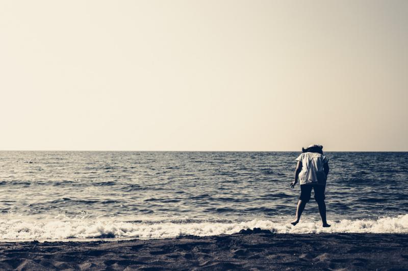 海辺でジャンプ