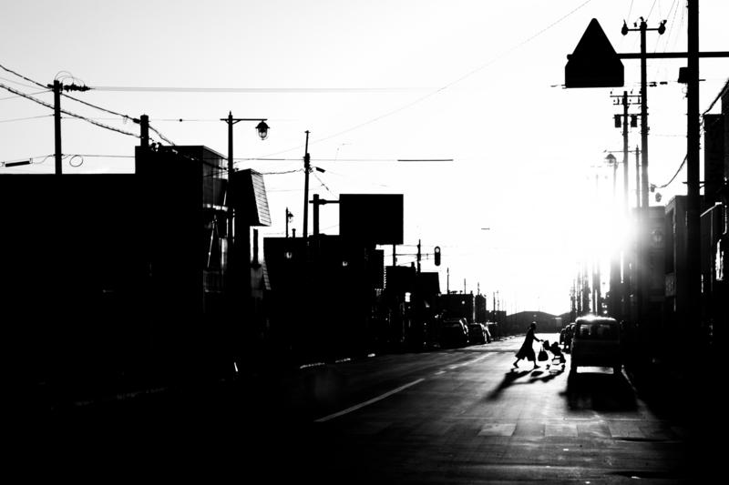 国道を横切るベビーカー