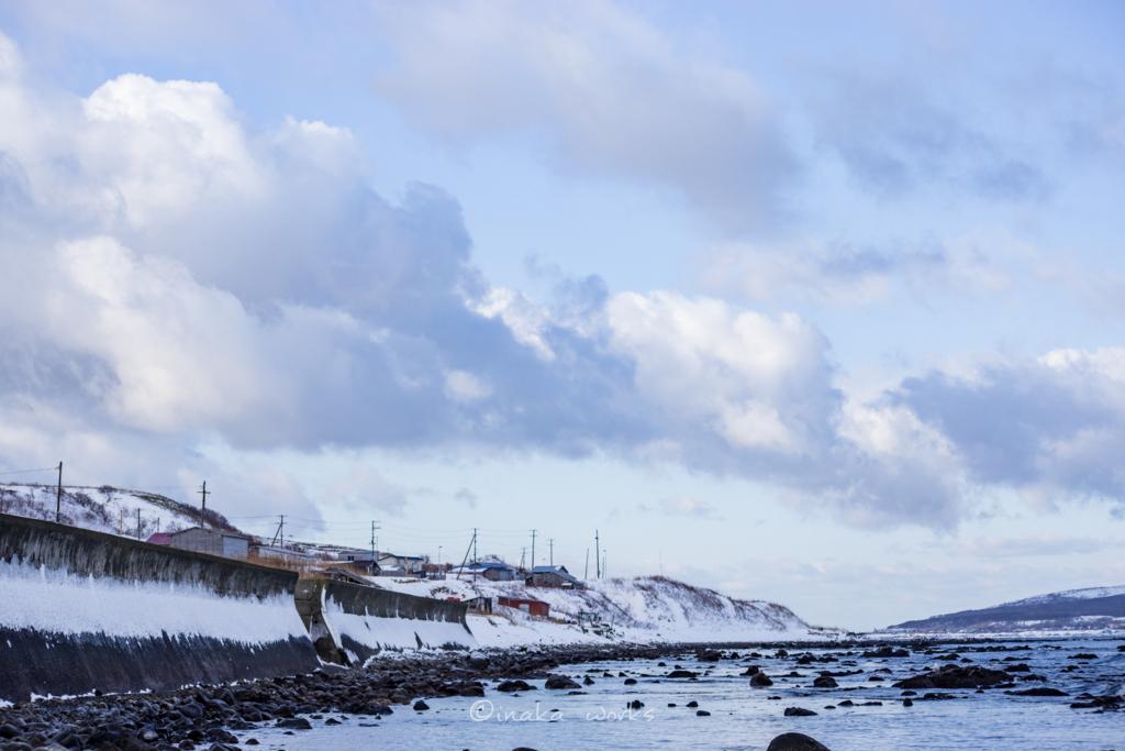防波堤にこびりつく雪と焼尻島の空