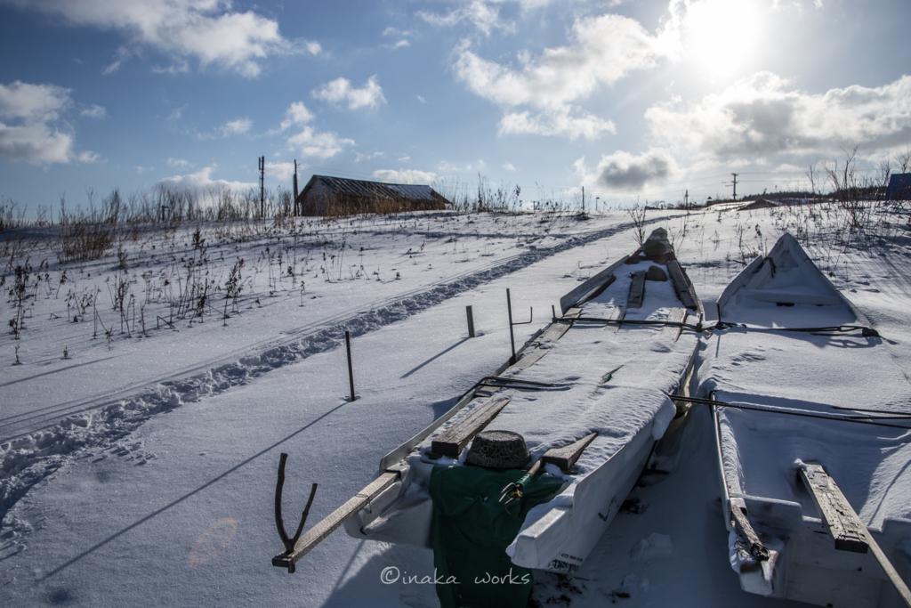 雪上の小さな漁船