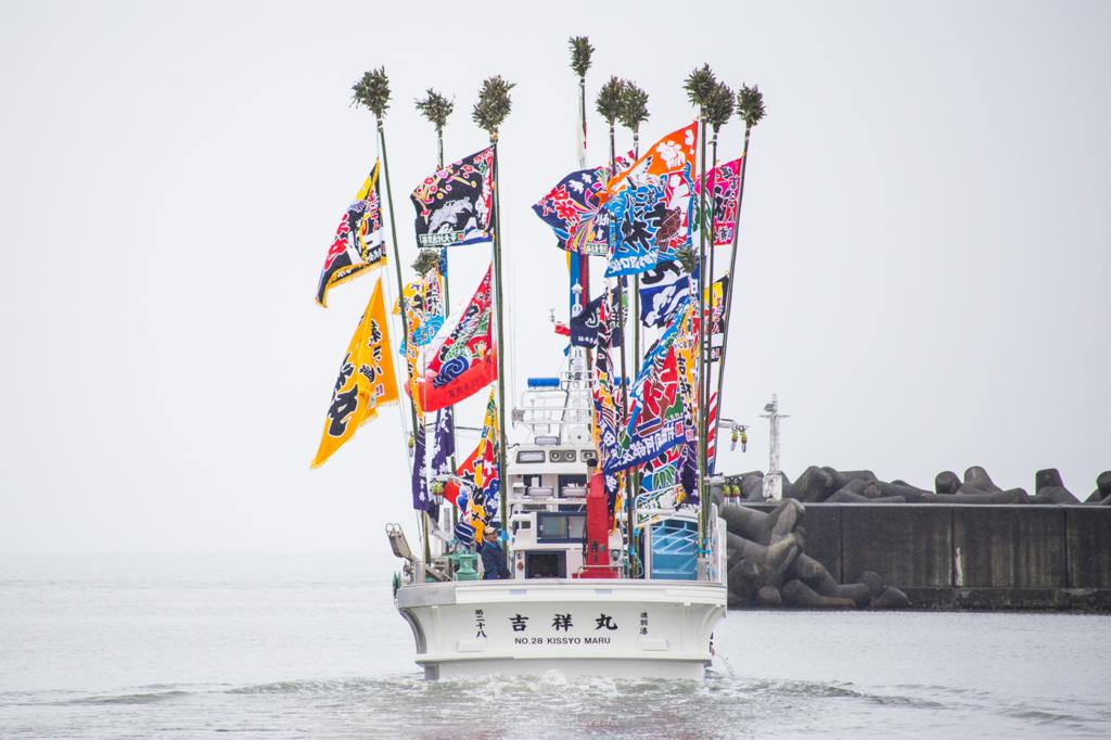 日本海に浮かぶ新造船の後ろ姿