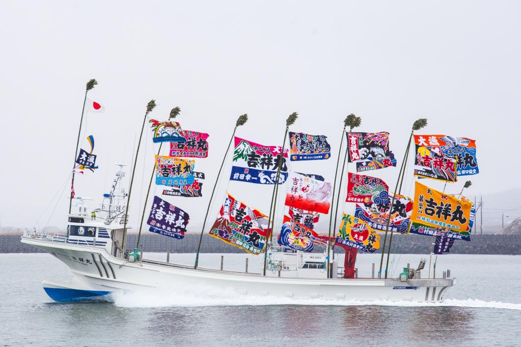 日本海に浮かぶ新造船を左から