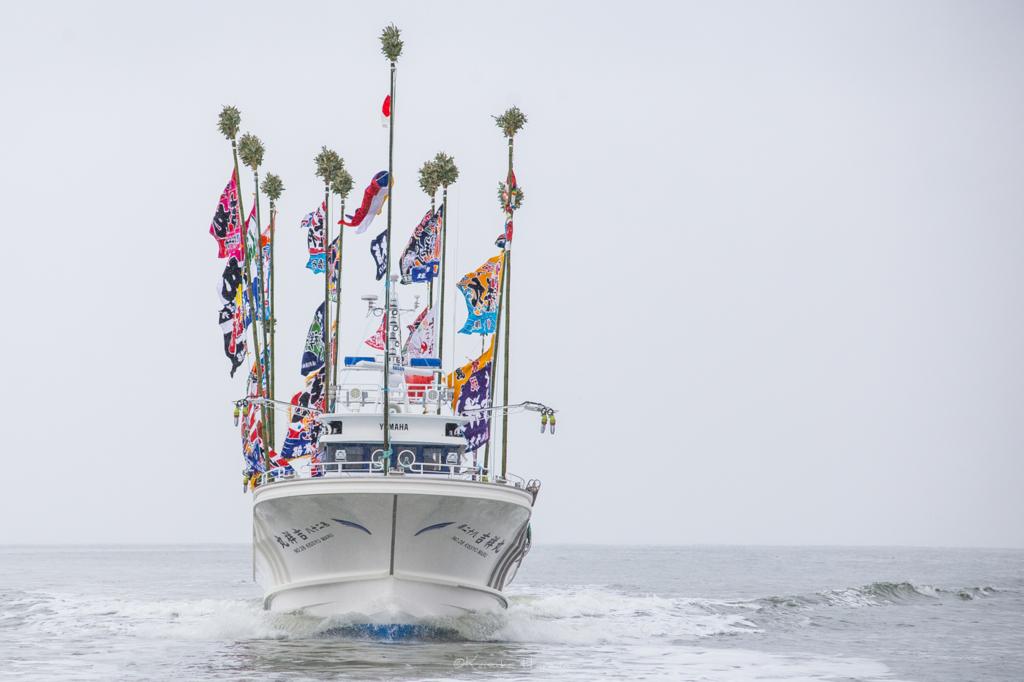 日本海に浮かぶ新造船を正面から