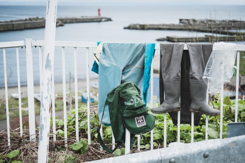 焼尻島の無造作に干された漁の道具?