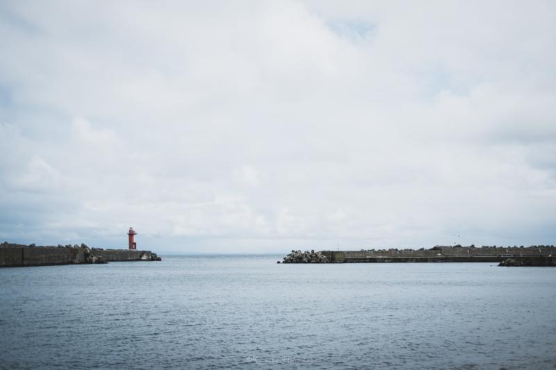 焼尻島からみる穏やかに凪いだ海と赤い灯台
