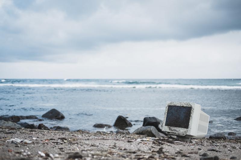 焼尻島白浜海岸に打ち捨てられたパソコン