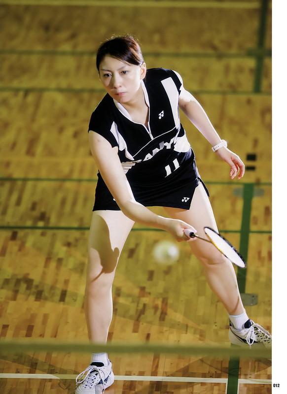 真剣な表情でラケットを持ってかまえる小椋久美子