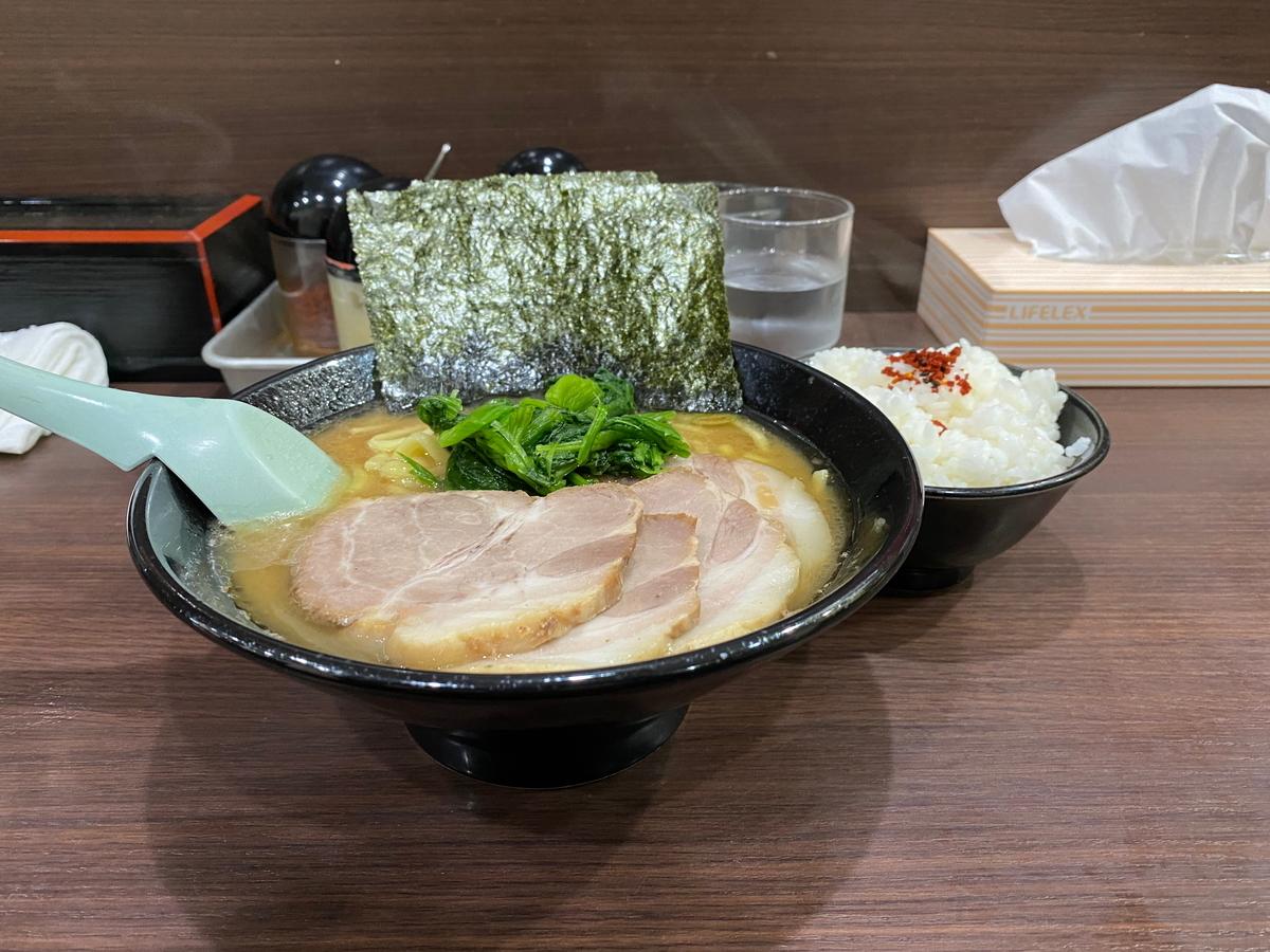 とんこつ醤油らーめん(太麺)(760円)+チャーシュー(180円)+ライス小(70円)