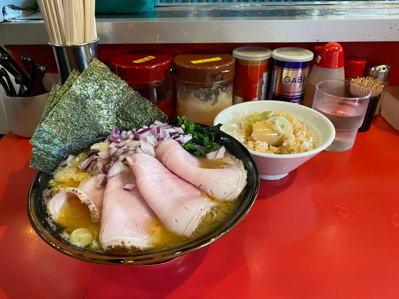 どんとこい家 チャーシューメン(900円)+紫玉ねぎ(50円)+くずれ味玉丼(100円)