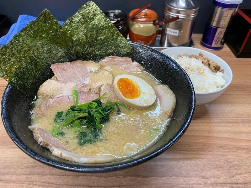 麺家イナズマ とんこつ醤油ラーメン並盛(740円)+チャーシュー(200円)+ライス(100円)