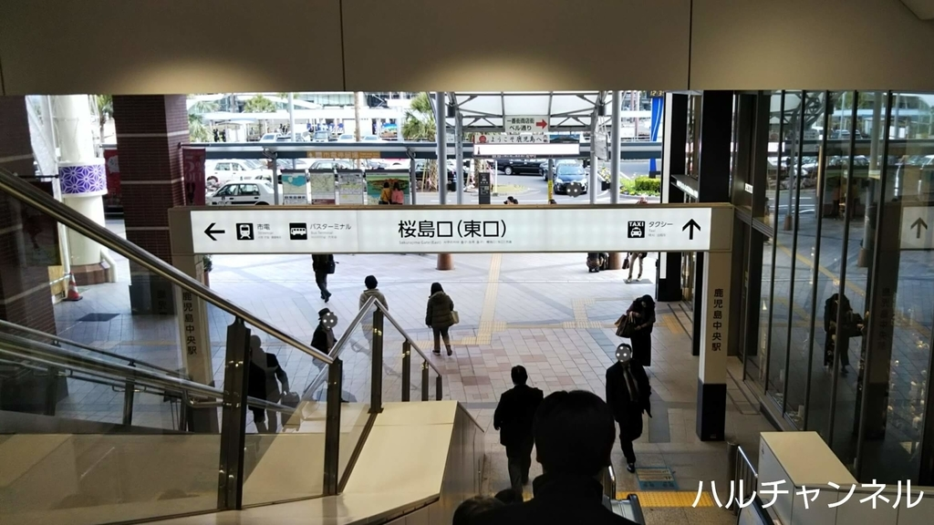 鹿児島中央駅のエスカレーターを下る