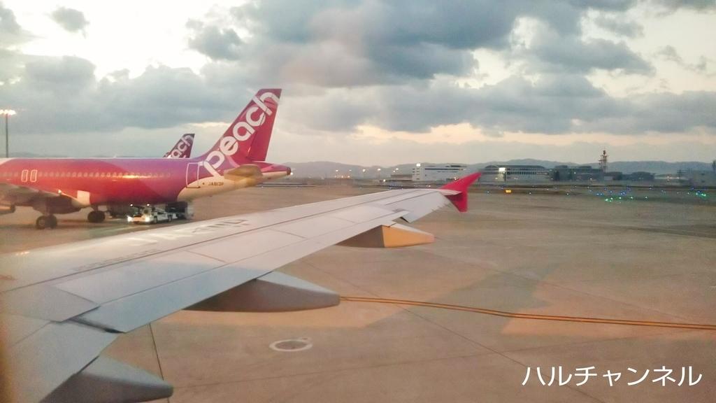 飛行機の座席は窓際でした