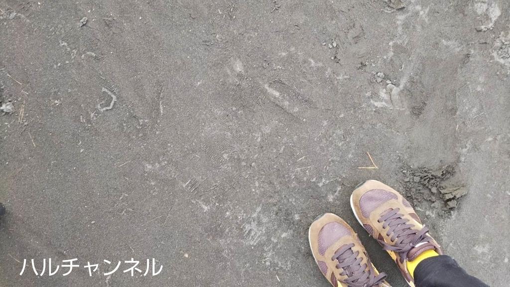 桜島の展望台の地面には火山灰がたくさん