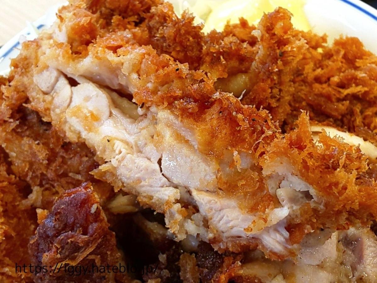 『かつや』期間限定「黒胡椒から揚げとチキンカツの合い盛り丼」チキンカツ LIFE