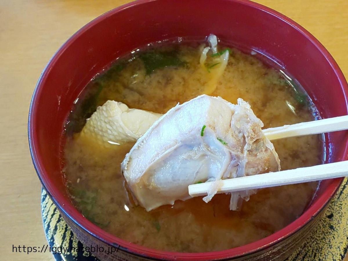 長浜鮮魚市場 「市場ずし 魚辰」魚の味噌汁300円 LIFE