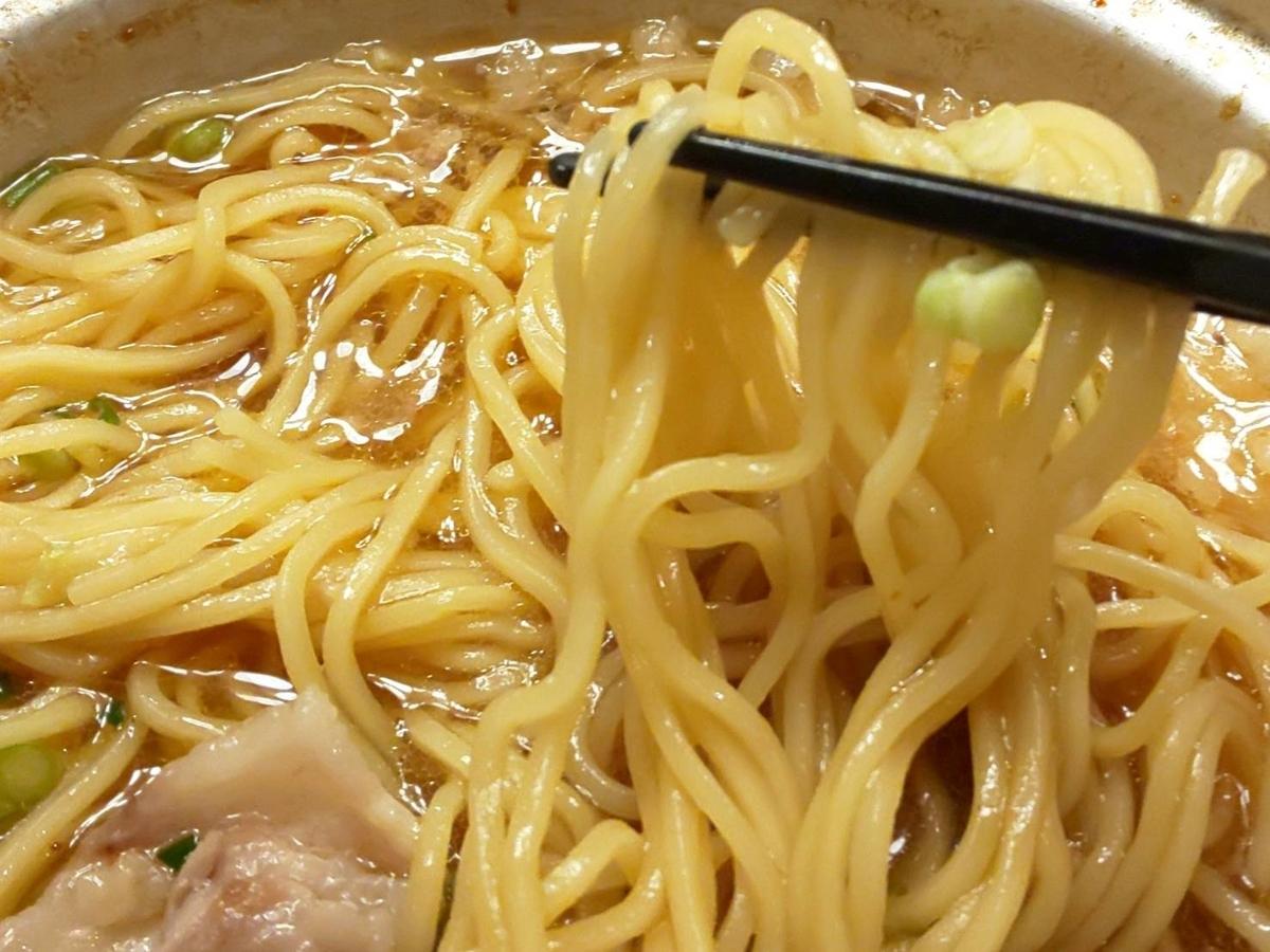 ジョイフル「背脂たっぷり鉄鍋醤油ラーメン」麺 感想 口コミ レビュー