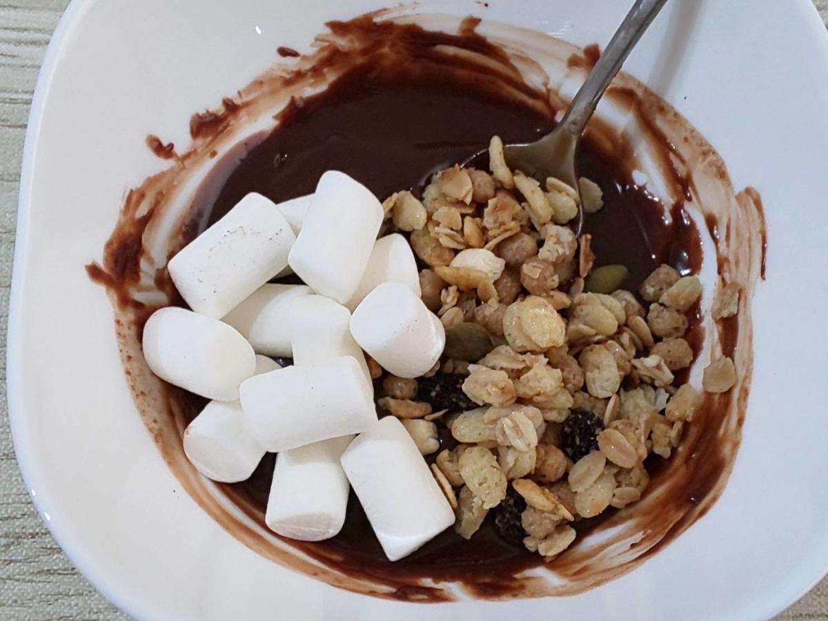 簡単 手作りチョコ 作り方 チョコレートにマシュマロとグラノーラ混ぜる