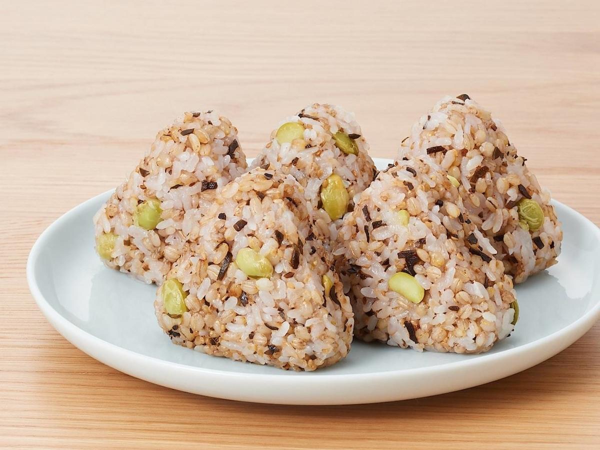 無印 人気商品 もち麦ごはんの枝豆塩昆布おにぎり 値段 おすすめ冷凍食品