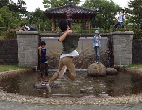 中学生が公園で四天王的なかっこいいポーズしている。