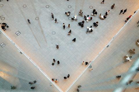 ショッピングセンターの人混みを上から撮影した写真。