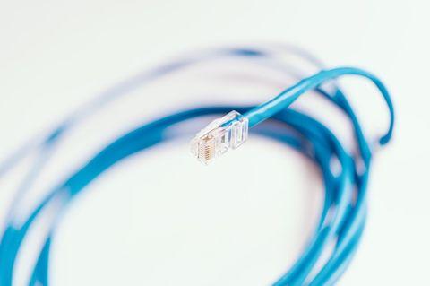 青いLANケーブル。