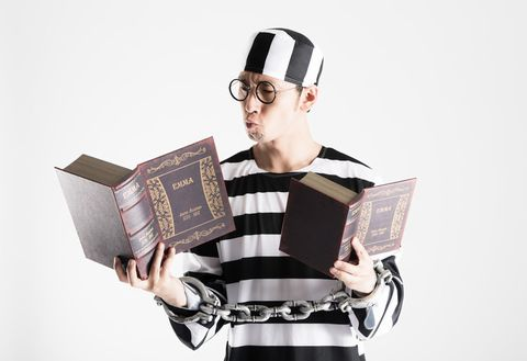 勉強する囚人。