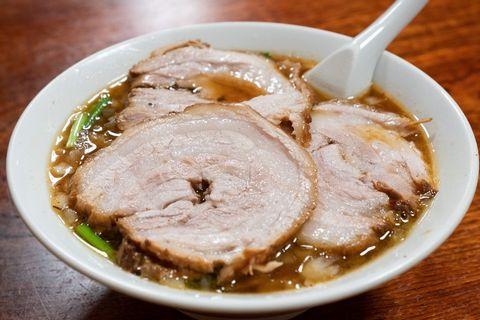 『お食事処やちよ』のご当地ラーメン、チャーシューで麺が隠れる蘭州麺。