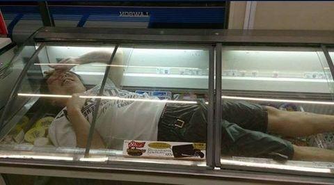 高知県のローソンでアイスケースに入っている男性。