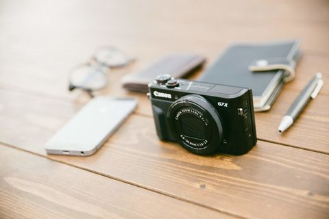 カメラとスマホとメガネと財布と手帳。