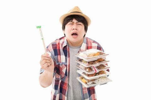 お弁当を5つ買ったのに箸を1つしか付けてもらえず講義する麦わらの男性。