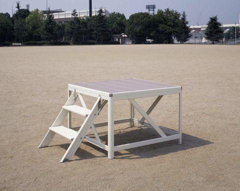 運動場に置かれた朝礼台。