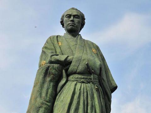 桂浜にある、坂本龍馬の銅像。