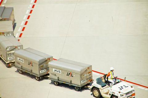 空港内で貨物を運ぶ車。