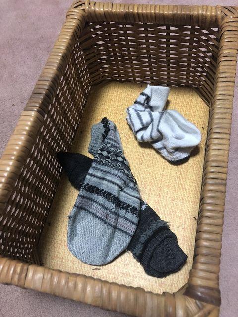 カゴに入った種類の違う靴下が一足づつ入っている。