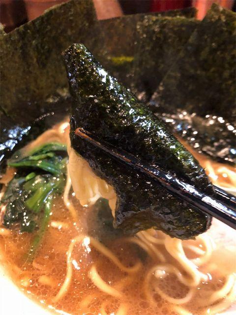 海苔で麺を巻き箸で持ち上げている。