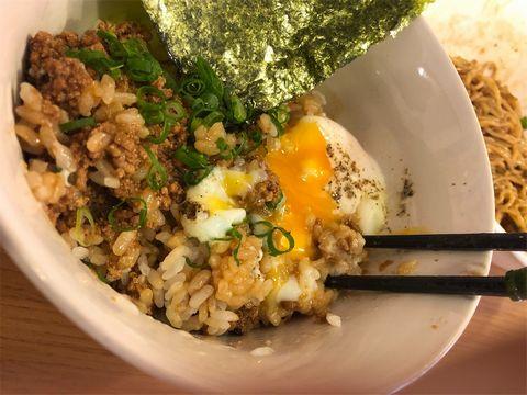 土佐担々麺南のチカラめしの温泉卵を割る。