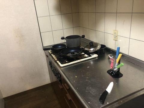 汚いキッチン。