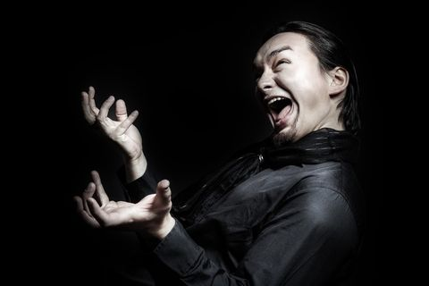 体や指をくねらせ驚きを表現する男性。