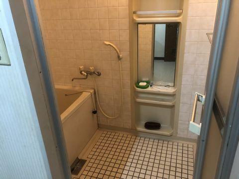 ミニマリストイカキムの浴室。