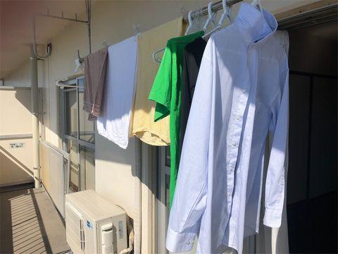 ベランダに干された洗濯物。